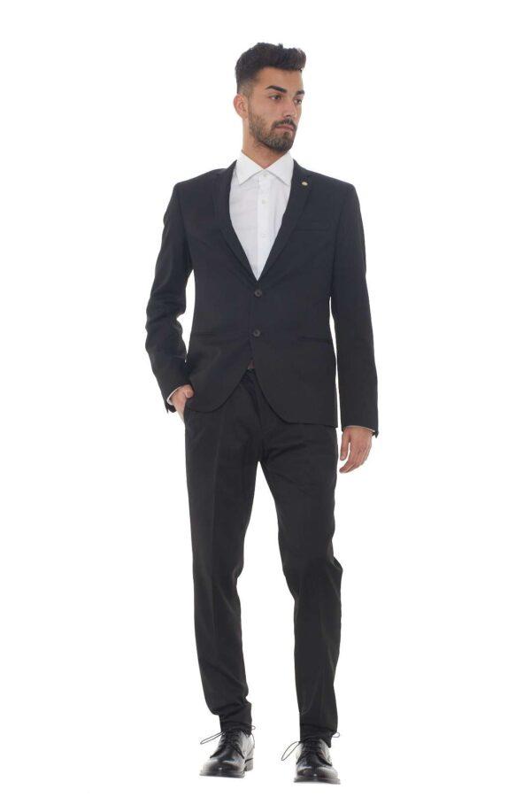 Un abito per le occasioni più importanti quello proposto dalla collezione uomo Manuel Ritz. Un taglio elegante e giovanile per un completo evergreen. Da indossare sia per il lavoro che per le serate importanti è un essential. Il modello è alto 1.80m e indossa la taglia 48.