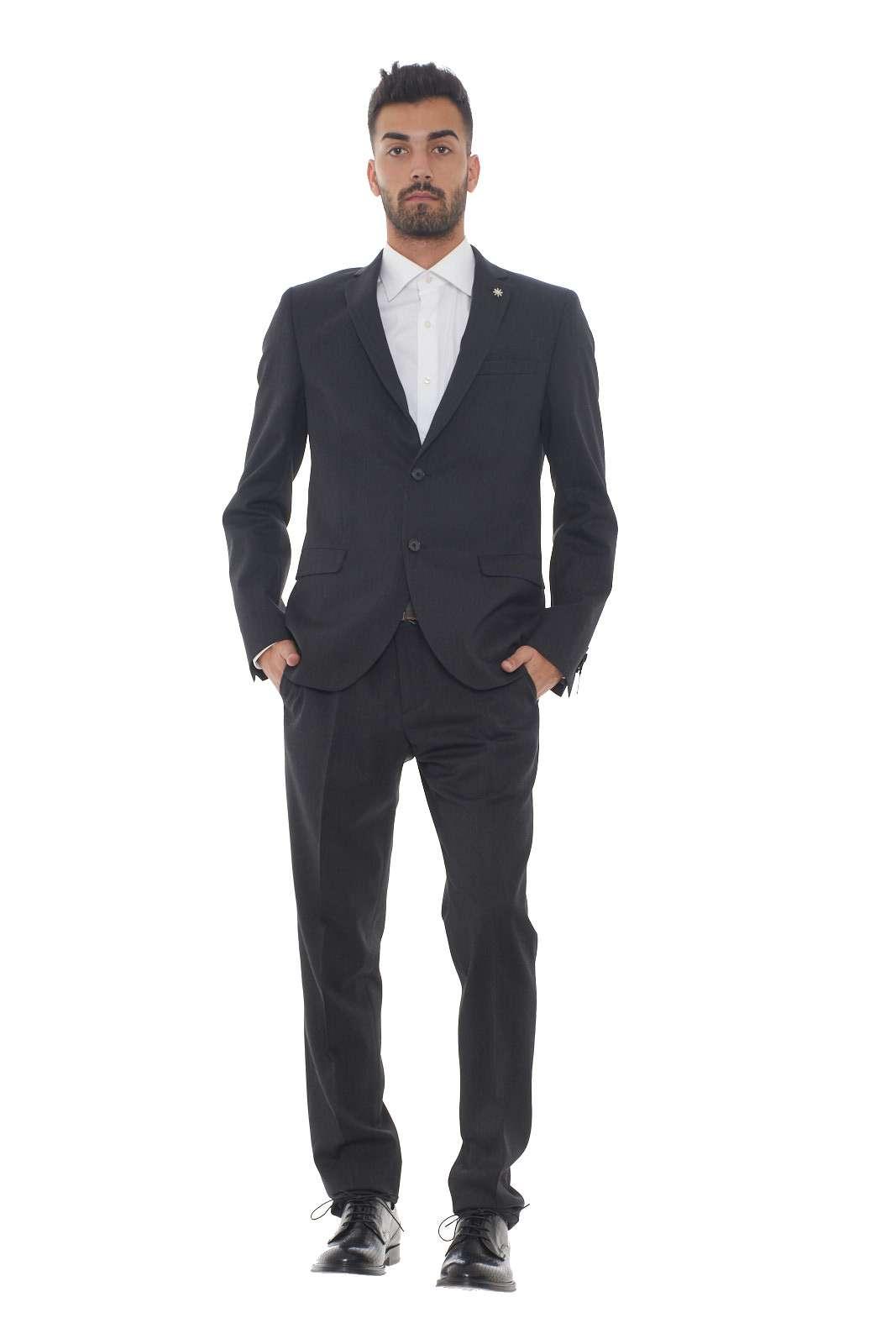 Un abito dalla raffinata fantasia melange quello in lana firmato Manuel Ritz. Un capo essenziale per le occasioni più importanti, è un evergreen. Una linea pulita su taglio slim per l'uomo che ama l'eleganza. Il modello è alto 1.80m e indossa la taglia 48.