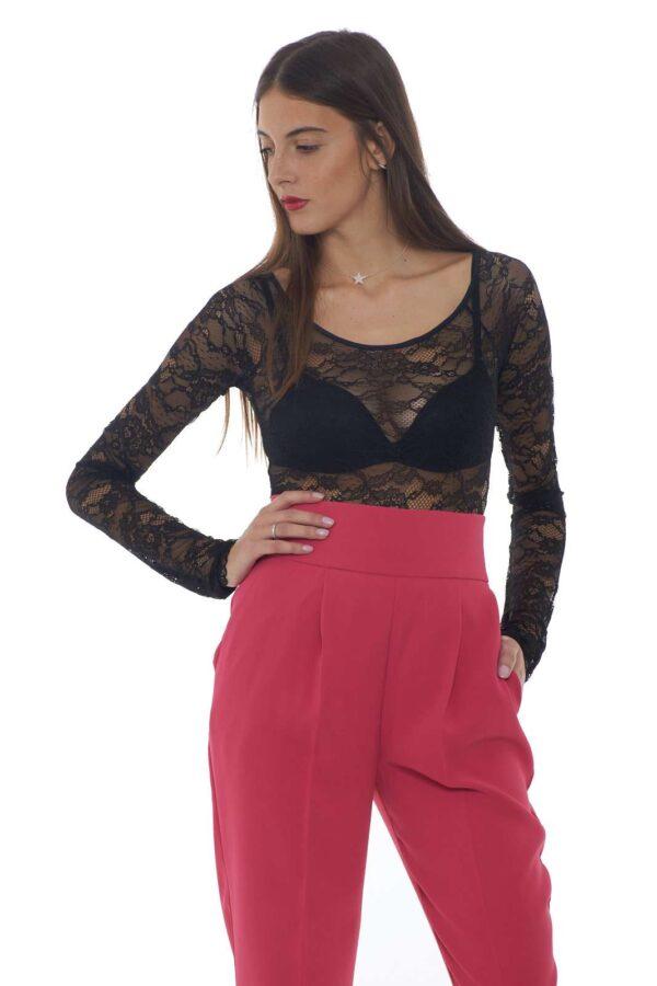 Un body in pizzo macramè sensuale e raffinato lo SCOTTARE proposto dalla collezione Pinko. Da abbinare ai look più fashion si impone con il suo gusto femminile. Da abbinare come sotto giacca veste con raffinatezza sia i look casual che formali, un top versatile per tutti gli outfit. La modella è alta 1.77m e indossa la taglia XS.