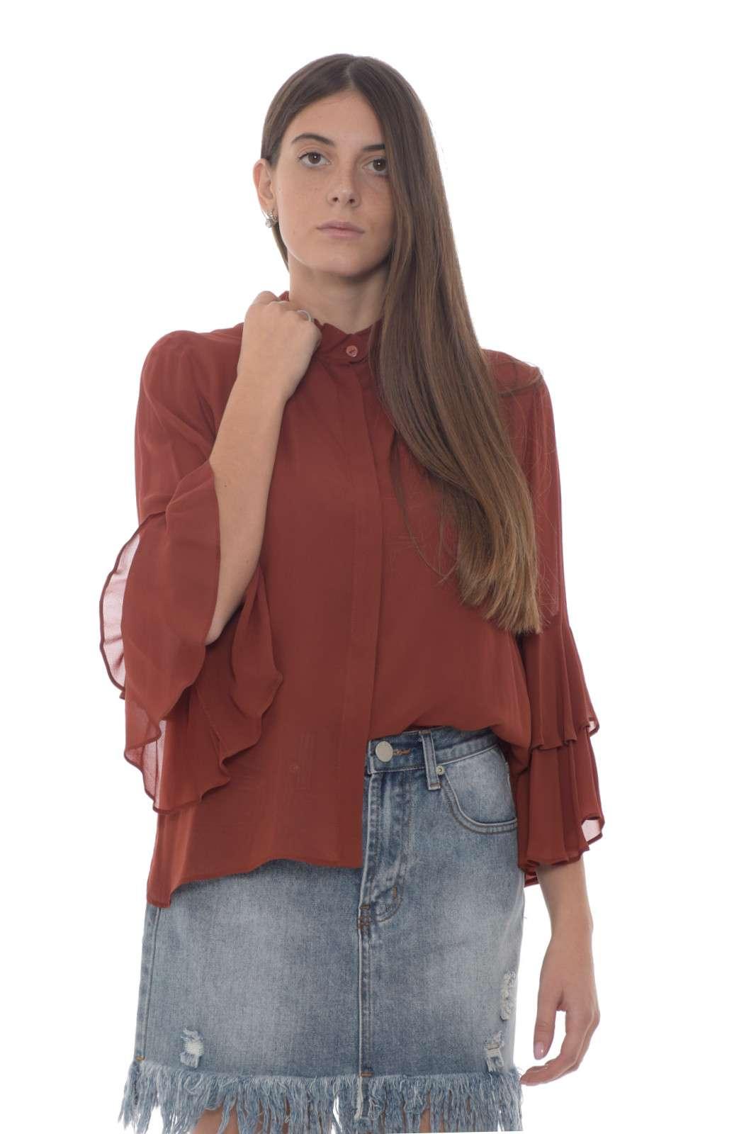 Una blusa firmata Twinset, che renderà i vostri outfit raffinati e femminili. Ideale da abbinare a pantaloni eleganti, e un tacco per regalare al vostro look un tocco speciale. Per la donna che non lascia nulla al caso. La modella è alta 1.77m e indossa la taglia 40.