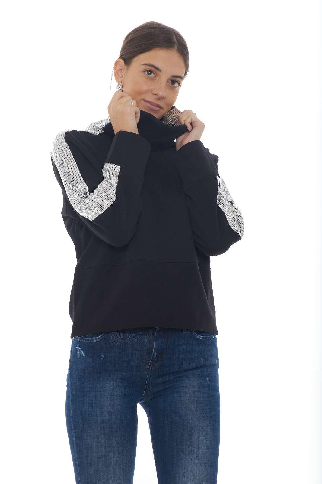 Una felpa dal collo alto estremamente fashion la FAME firmata Pinko. Caratterizzata dal collo e il fondo entrambi alti si impone per un look oversize. Da indossare con jeans o con gonne, grazie alle bande laterali metalliche si impone sullo stile urbano.