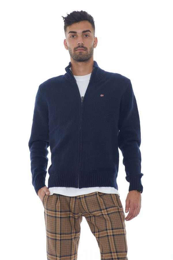 Il nuovo cardigan in misto lana firmato Napapijri ti aspetta con il modello DAIN FZ. Da indossare con i look più quotidiani, è perfetto anche tenuto aperto con una T shirt. Un essential dal gusto casual. Il modello è alto 1.80m e indossa la taglia M.