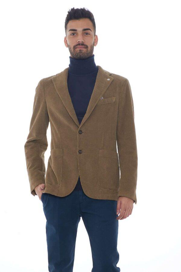 Una giacca in velluto chic e affascinante quella firmata dalla collezione uomo Manuel Ritz. Da indossare con un jeans o con un pantalone, conquista per la sua vestibilità slim. La lavorazione a coste conferma la sua identità cool. Il modello è alto 1.80m e indossa la taglia 48.