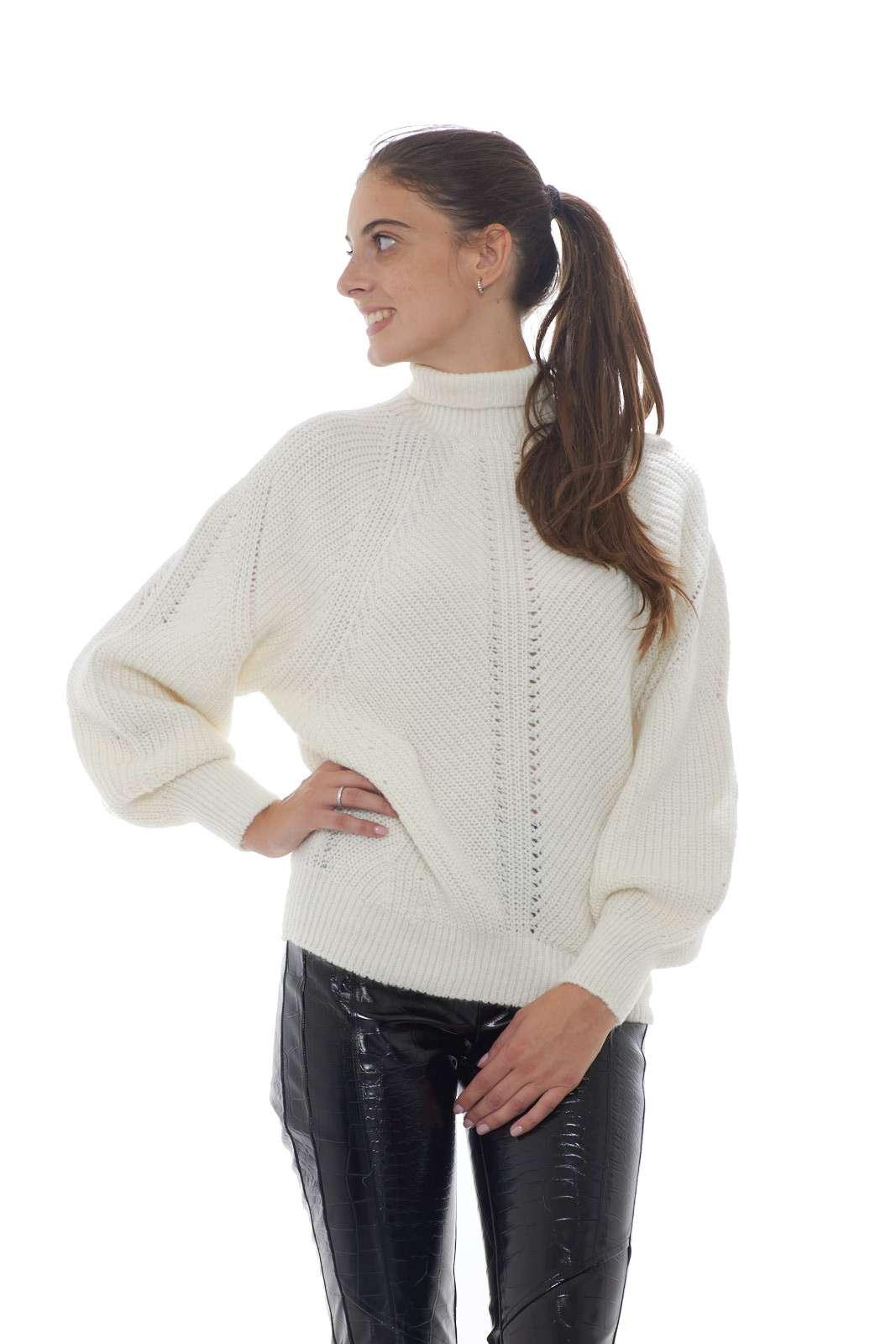 Una maglia lavorata a costa inglese dalla vestibilità leggermente oversize la MEGA MIX firmata Pinko. Il filato in misto mohair conferisce calore ed un effetto glamour ad un capo evergreen. Un essential della moda donna da abbinare ad ogni look.