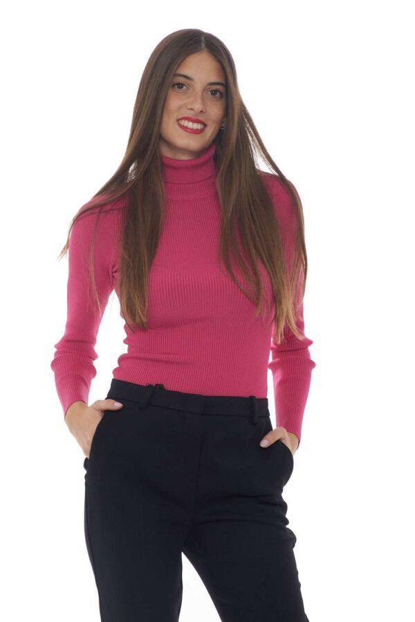 Una maglia a collo alto dalla vestibilità slim la FORSE firmata dalla maison Pinko. Il tessuto tinta unita e la lavorazione a costine elastiche la rende ideale da indossare anche con un pantalone a vita alta per dare un tocco femminile. Un essential per i look più speciali. La modella è alta 1.77m e indossa la taglia XS.