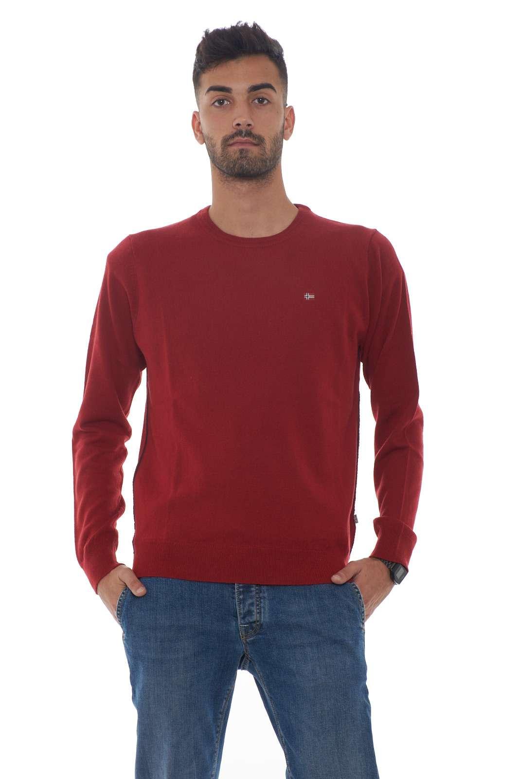 Il meglio della maglieria uomo Napapijri si riversa nella maglia DAMAVAND CREW. Un pratico maglione girocollo dalla colorazione tinta unita perfetto per ogni occasione. Da abbinare ai look più formali si presenta come un capo passe partout iconico. Il modello è alto 1.80 e indossa la taglia M