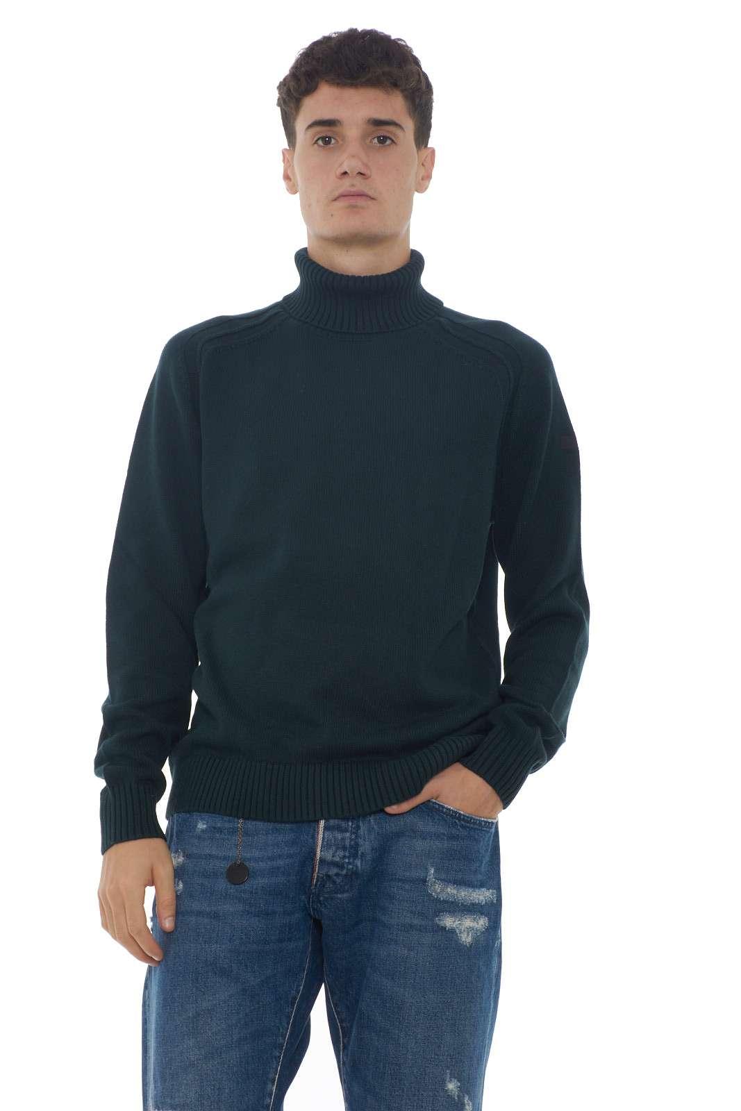 Una maglia in cotone ideata per la vita quotidiana la Turtleneck firmata RRD. la vestibilità regolare si sposa con il collo alto per un effetto fashion dalla linea pulita. Da indossare con jeans o pantaloni è un must have.  Il modello è alto 1.90m e indossa la taglia M.