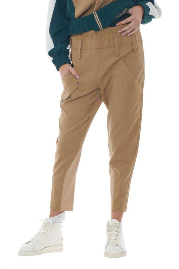 Un pantalone dalla vestibilità loose fit quello firmato Patrizia Pepe. La vita alta in contrasto di colore e tessuto lo delinea come pantalone sportivo per un look fashion urbano. da indossare sia con maxy sneakers che con tacchi, si modella al proprio look.