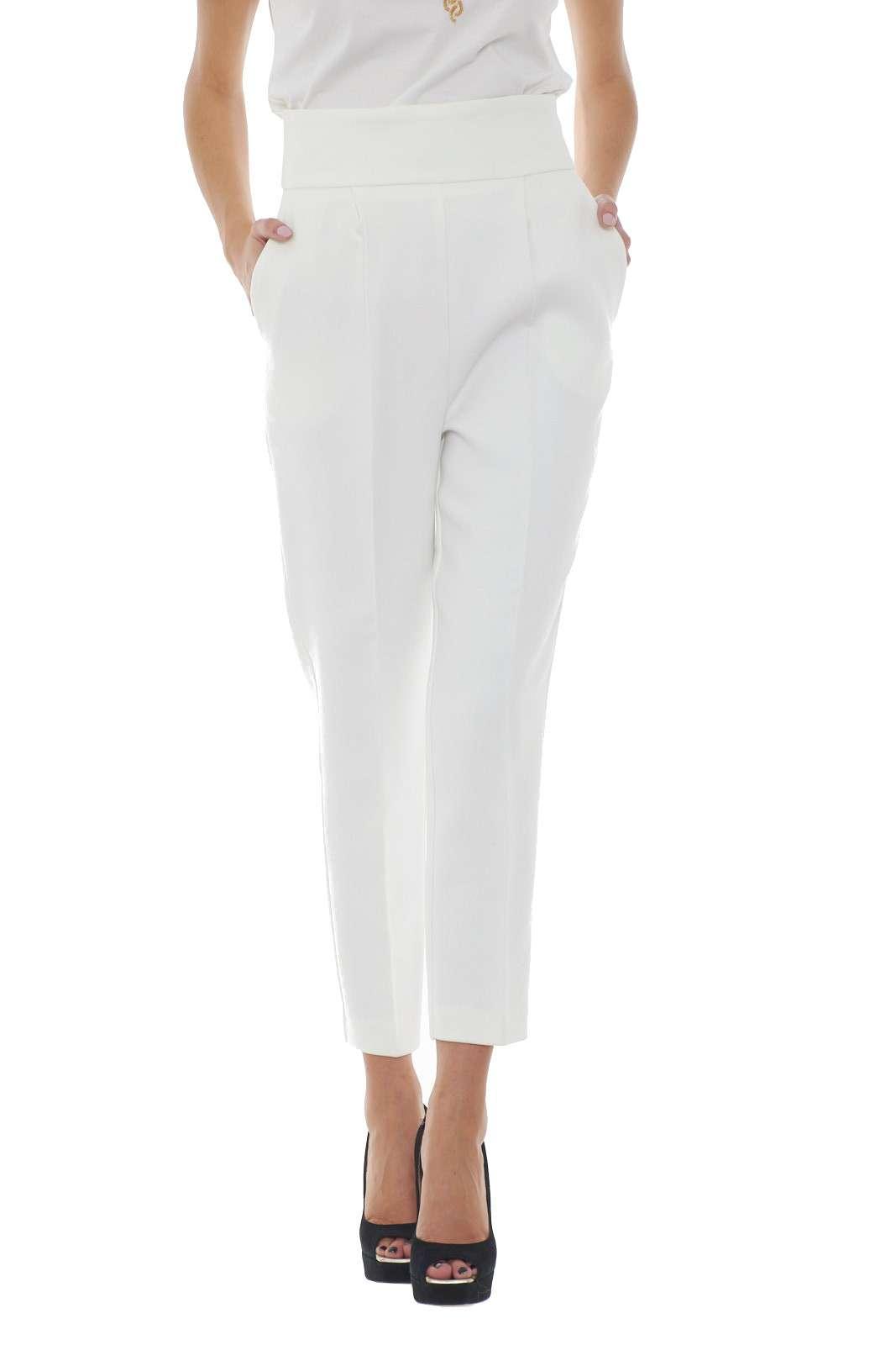 Scopri il nuovo pantalone a vita alta NATALIA 1 firmato Pinko. La vestibilità a sigaretta definisce la silhouette per un tocco glamour. Da abbinare a T shirt a bluse, si adatta ad ogni look.