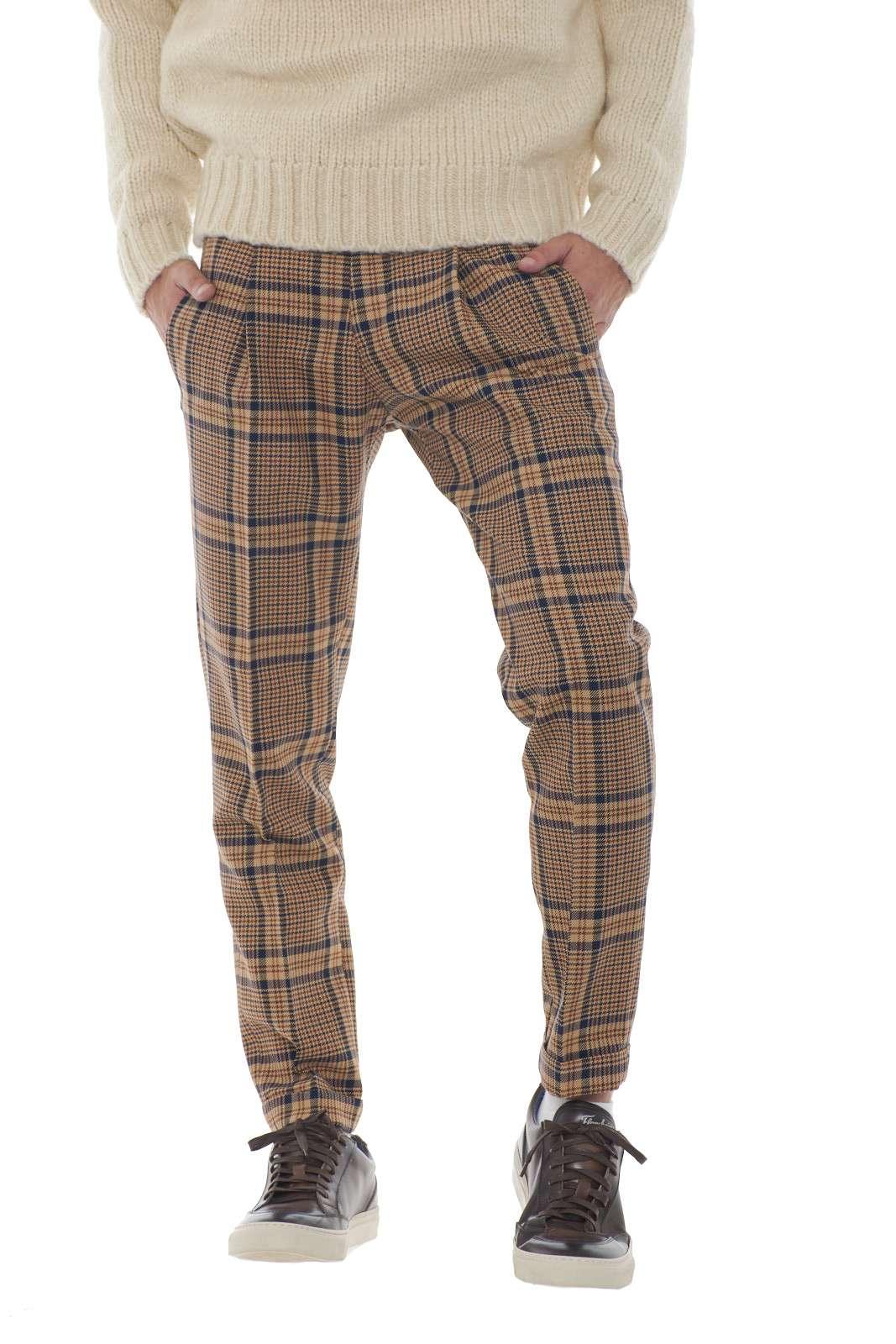 Un look dal carattere fashion per il nuovo pantalone dal taglio capri firmato Michael Coal. Le pinces sul davanti movimentano la linea per un effetto glamour. Impreziosito dalla fantasia principe di galles conquista ogni stile. Il modello è alto 1.80m e indossa la taglia 32.