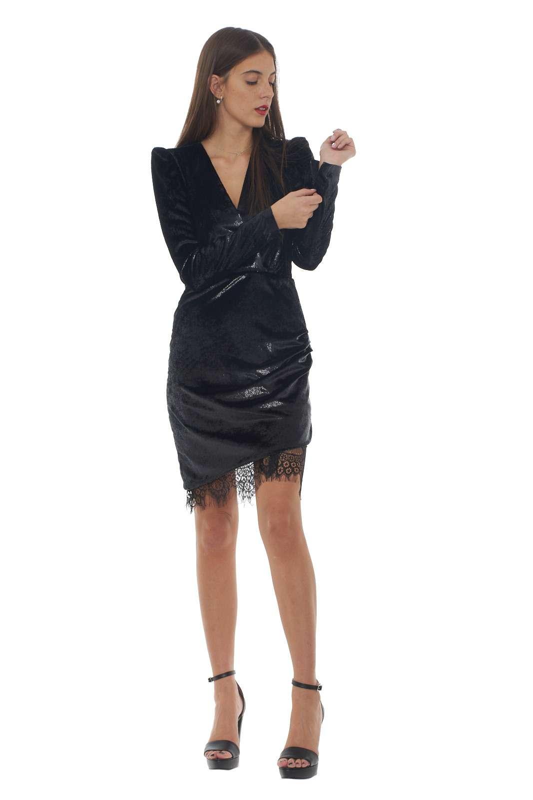 Un abito in velluto dal femminile effetto bagnato il RIVER firmato Pinko. Lo scollo incrociato e il drappeggio sulla gonna lo rifiniscono per un gusto glamour. L'inserto in pizzo sul fondo dona un tocco di femminilità per gli outfit più sofisticati.