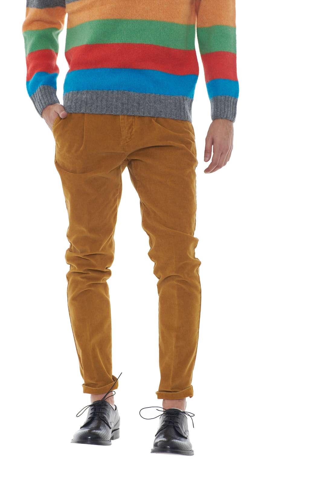 Un tocco fashion per il nuovo pantalone uomo firmato Entre Amis. La lavorazione a costine su taglio slim si impone come must have di stagione. Le pinces sul davanti e le tasche del taglio chino ne esaltano lo stile.  Il modello è alto 1.80m e indossa la taglia 32.
