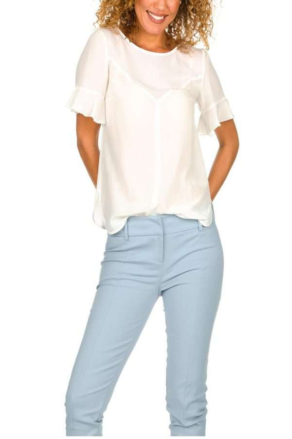 Una blusa in seta dalla raffinatezza inconfondibile quella firmata dalla nuova collezione Patrizia Pepe. Lo scollo a goccia sul retro e le maniche corte con rouches risultano eleganti e permettono di indossarla sia sola che come sotto giacca. Un capo minimal ed essential per ogni look.