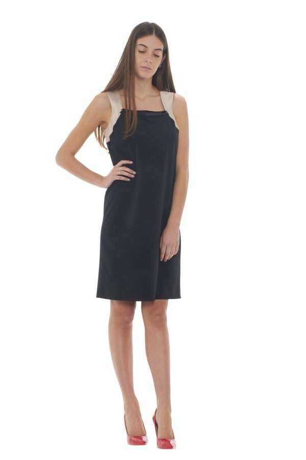 Un abito sobrio e formale firmato Sologioie, perfetto per la donna che non ama strafare con i suoi outfit. Abbinato con un tacco slancierà le vostre linee, per u look femminile e pratico.  La modella è alta 1.77m e indossa la taglia 42.
