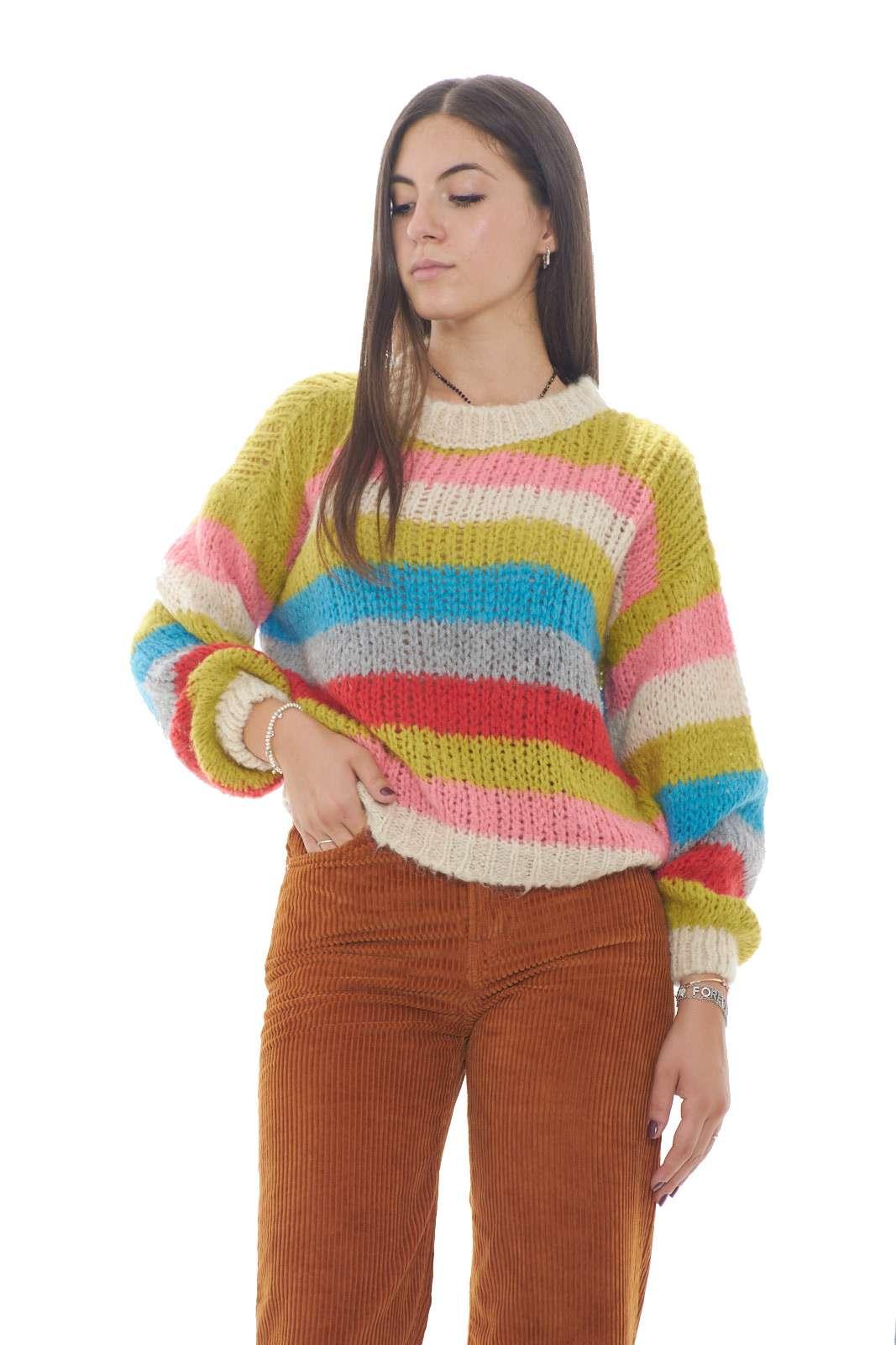Colorato e vivace, questo maglioncino firmato King Kong. Perfetto per outfit invernali casual e trendy, che abbinano stile e praticità, in un connubio perfetto.