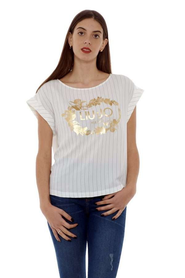 Una blusa semplice, per look basic ma curati, firmati Liu Jo. Una femminile stampa laminata impreziosisce la parte anteriore, rendendo il capo più chic e femminile. L'ideale per la tua routine. La modella è alta 1.77m e indossa la taglia 40.