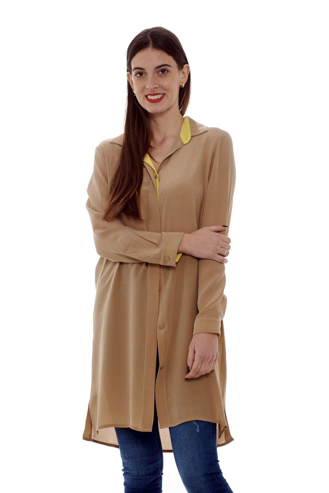 Una camicia lunga in pura seta, dal look chic e informale, perfetta per uno stile fashion e moderno. Abbinata ad un semplice jeans, o pantalone, garantirà un outfit, semplice e versatile per le occasioni di tutti i giorni.  La modella è alta 1.77m e indossa la taglia 42.