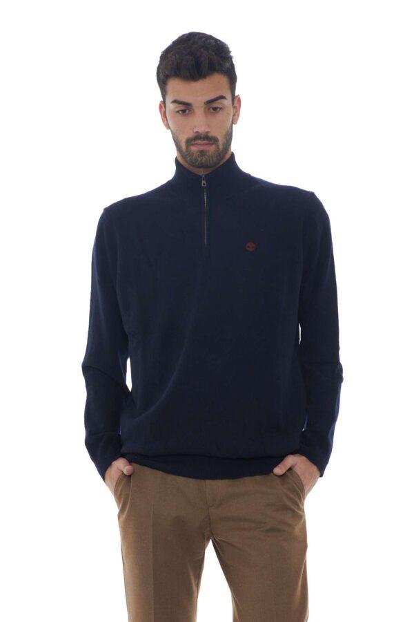 Una maglia di tendenza la nuova Half Zip Sweater firmata Timberland con la caratteristica mezza zip. Da indossare sia per outfit formali che quotidiani, è un essential dal gusto minimal. Da indossare sia con un pantalone che con un jeans rispetta le aspettative.