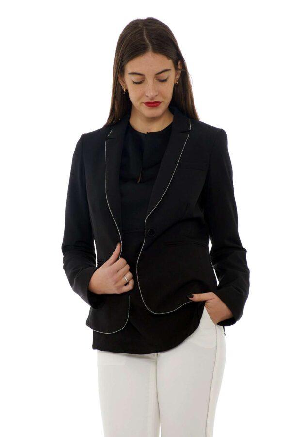 Una giacca Liu Jo per la donna che ama look raffinati, eleganti, dove charme e formalità si uniscono per uno stile unico. Impreziosita da una catenella argentata lungo il collo, si abbinerà facilmente con sotto delle bluse, delle t-shirt, formando un outfit femminile adatto alle occasioni più speciali. La modella è alta 1.77m e indossa la taglia 42.