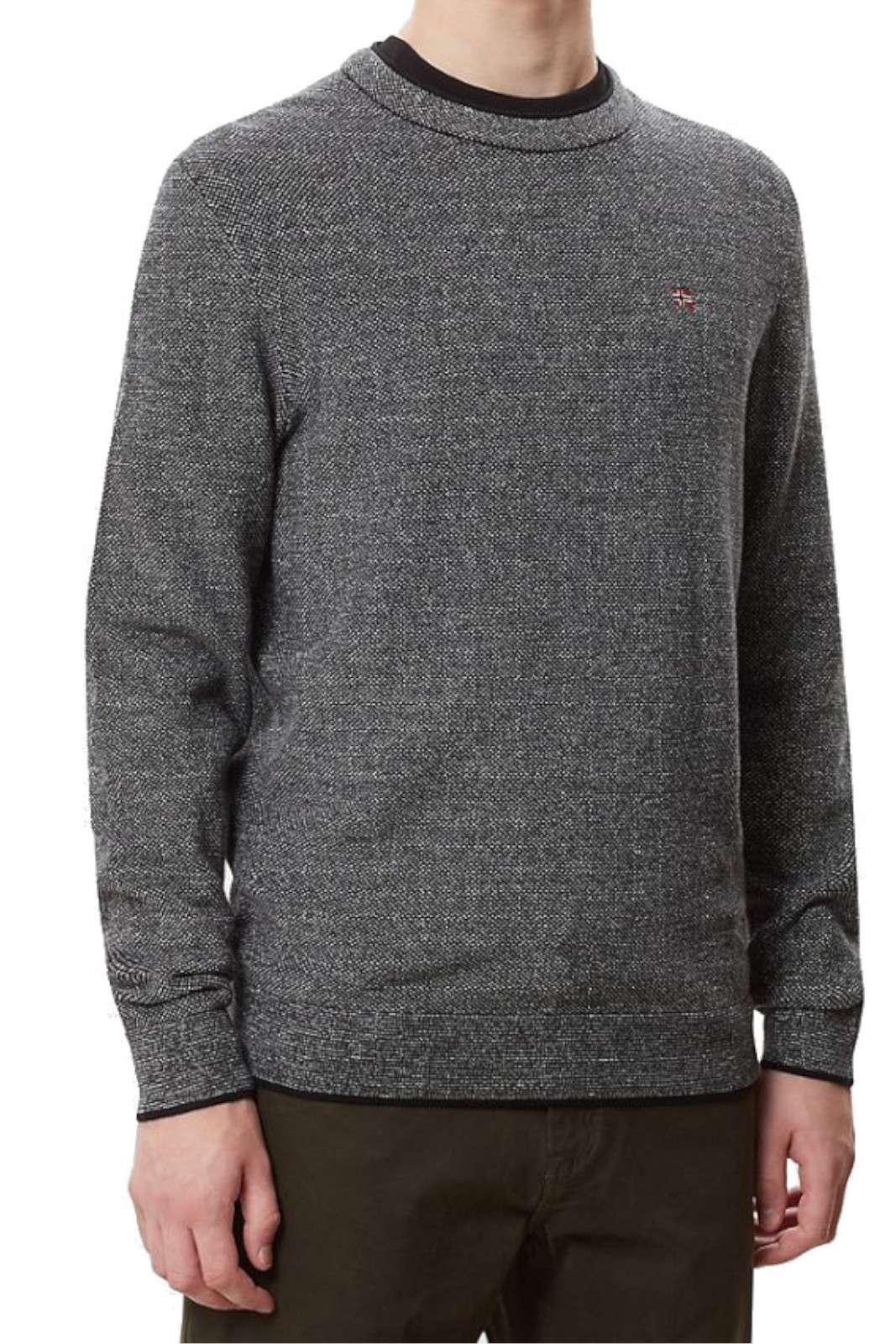 Una maglia girocollo in caldo cotone la Durres firmata Napapijri. Da indossare in ogni occasione si presta sia ai look formali che casual. Da abbinare ad un jeans o ad un pantalone riserva ai propri outfit un gusto inconfondibile.