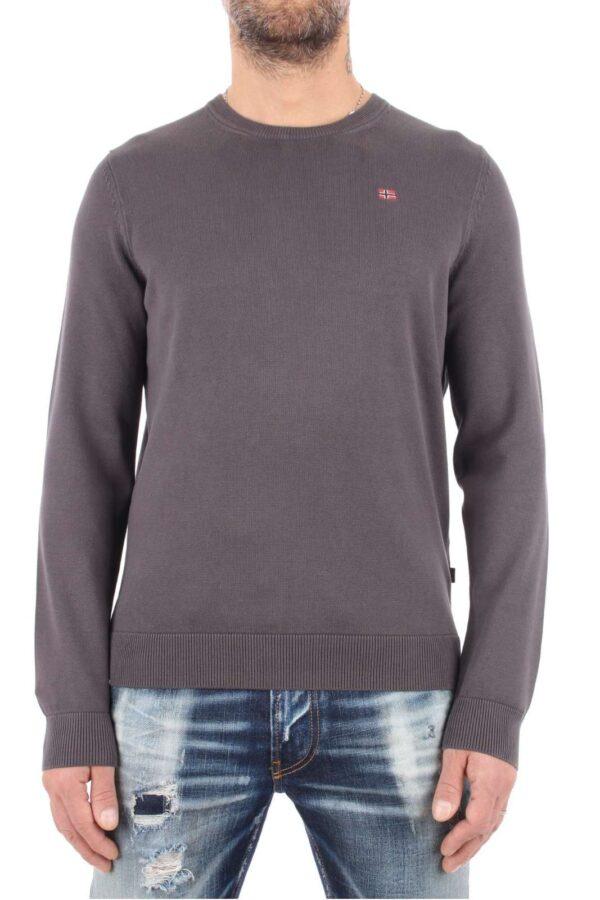 Una maglia tinta in capo perfetta per ogni occasione la Droz proposta per la collezione autunno inverno di Napapijri. Un maglione girocollo in cotone da abbinare sia a jean che a pantaloni per un effetto glamour.
