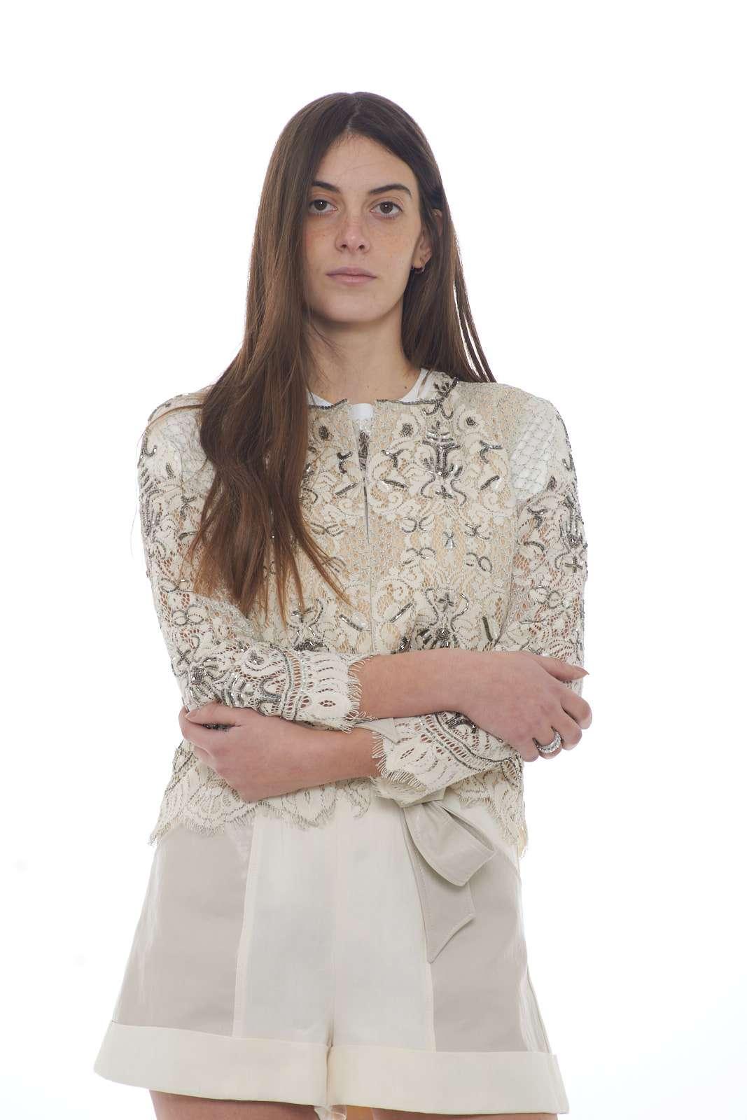 Lusso e fascino per la giacca Twinset Milano proposta per la nuova collezione donna. Lo scollo tondo e la chiusura con gancetti si fondono con un tessuto in pizzo e un'applicazione di perline a rifinire il capo. La fodera parziale interna mette in risalto la manica ad effetto trasparenza.