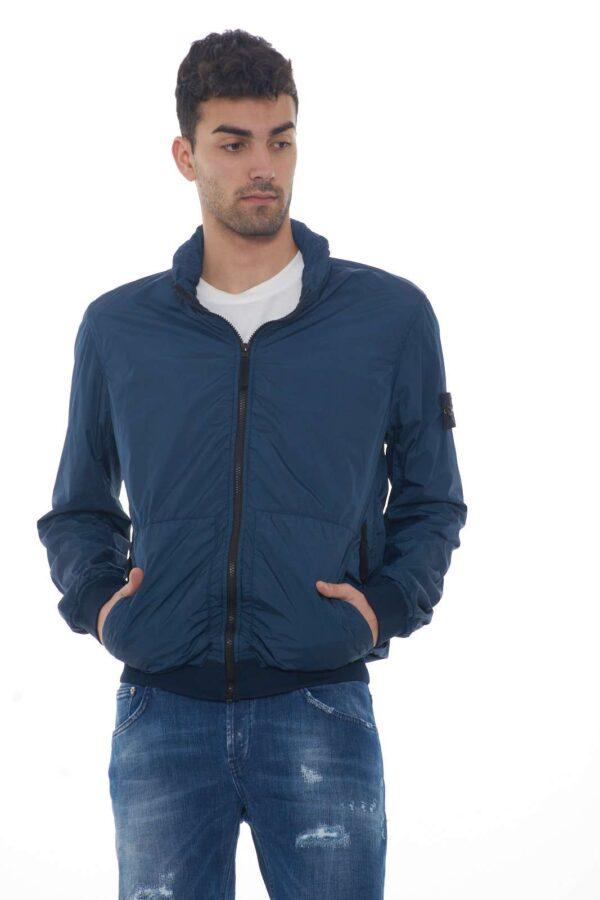 Un giubbotto dal leggero reps di nylon ultra battuto il Garment proposto da Stone Island. Da indossare in ogni occasione, è perfetto per le fresche giornate primaverili. La comodità è data dalle funzionali tasche doppie, un essential.