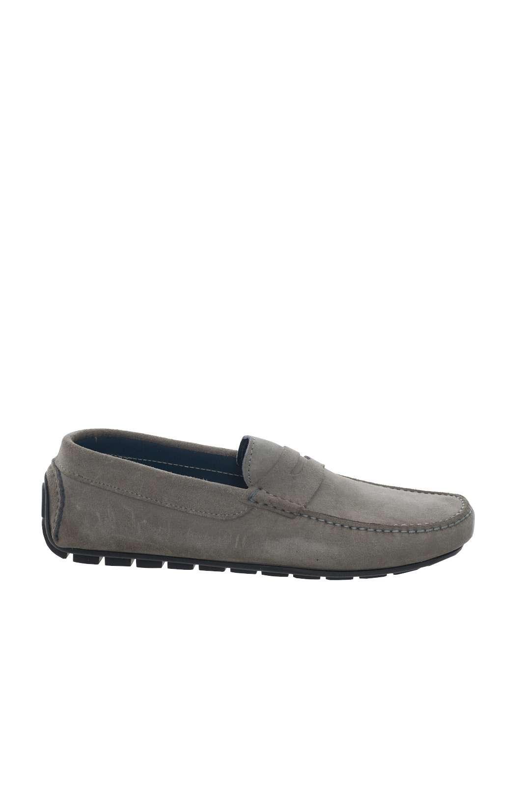 La calzatura elegante per eccellenza, il mocassino da uomo. In questo caso, Pregunta ne presenta uno scamosciato, in tinta unita, perfetto per look formali da ufficio, o per quelli più chic per le sere fuori.