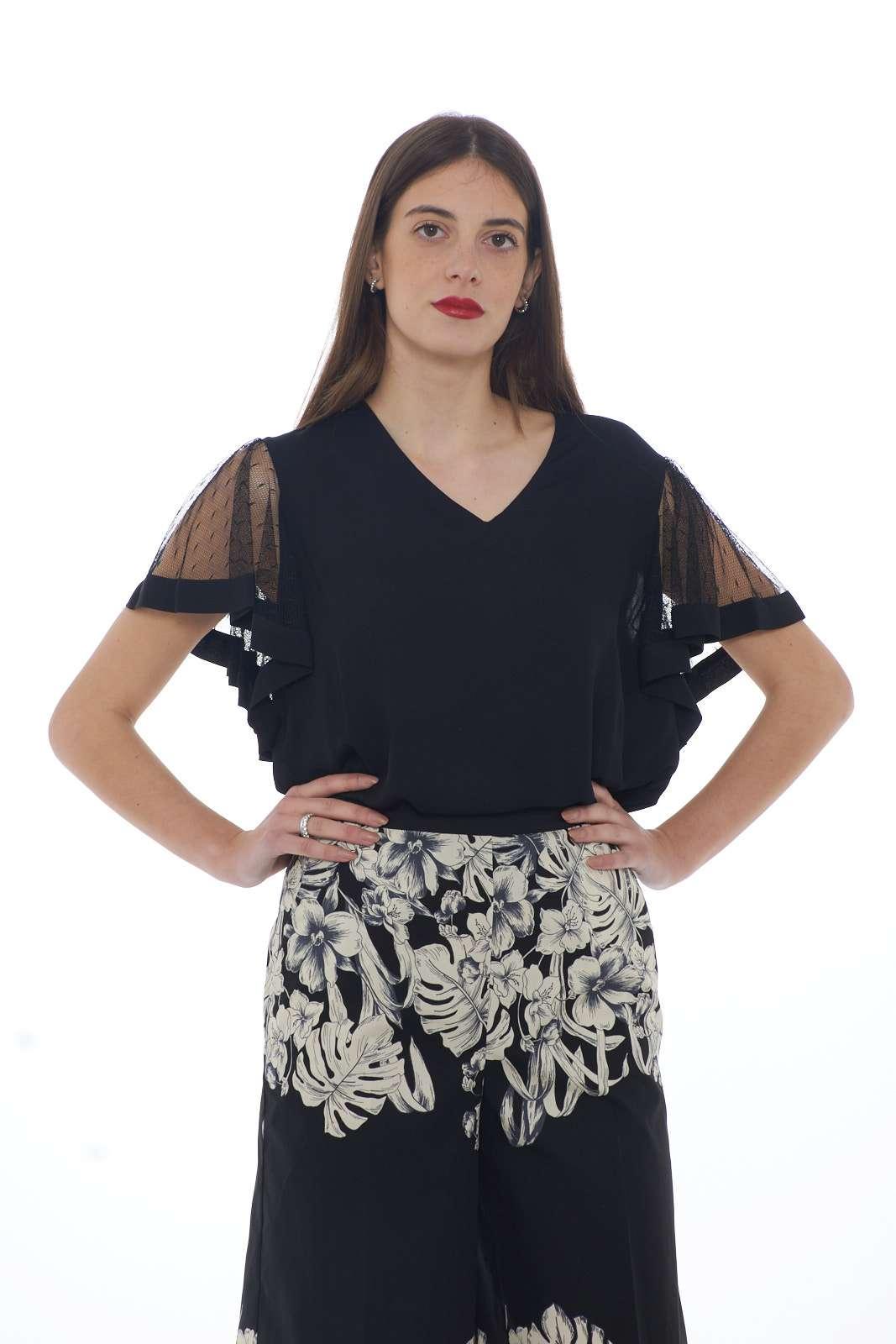 Un essential la blusa donna proposta per la nuova collezione primavera estate di Twinset. La vestibilità morbida permette di esaltare la silhouette in modo elegante, mentre le maniche in pizzi rifinite con tessuto in crepè la rendono unica e fashion. Da abbinare con ogni look si presenta come capo versatile e glamour.