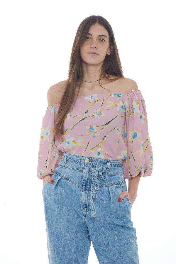 Elegante e dallo stile sofisticato la blusa Mousse firmata Pinko. La delicata stampa giglio permette di indossarla sia con jeans che con pantaloni per un gusto sempre impeccabile. Caratterizzata dalle maniche a sbuffo, con lo scollo a barca la rendono un must have.