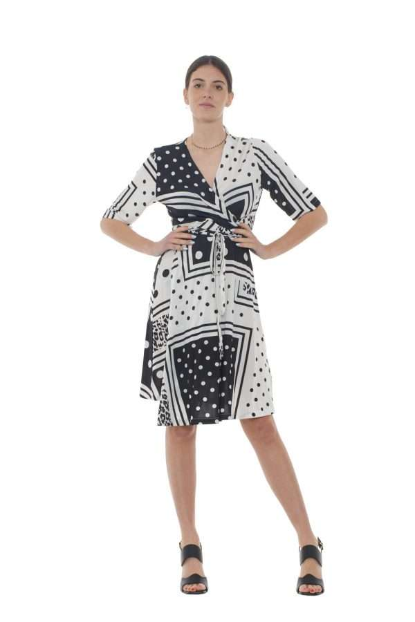 Un abito femminile quello firmato dalla collezione Liu Jo Milano. L'apertura a vestaglia e la fusciacca in vita delineano la silhouette per un gusto chic. Da indossare con un sandalo dal tacco alto dona eleganza al look.