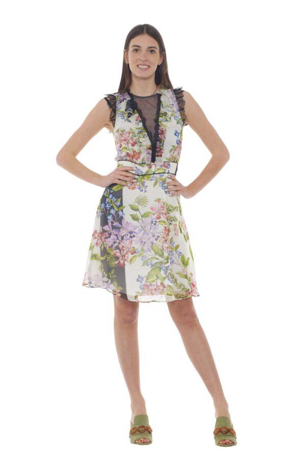 Un abito fine ed elegante quello proposto dalla collezione Liu Jo Milano. La delicata fantasia floreale si sposa con rouches e pizzi ad esaltare la ricercatezza. da abbinare sia con una sandalo basso che alto, si adatta alle varie occasioni.