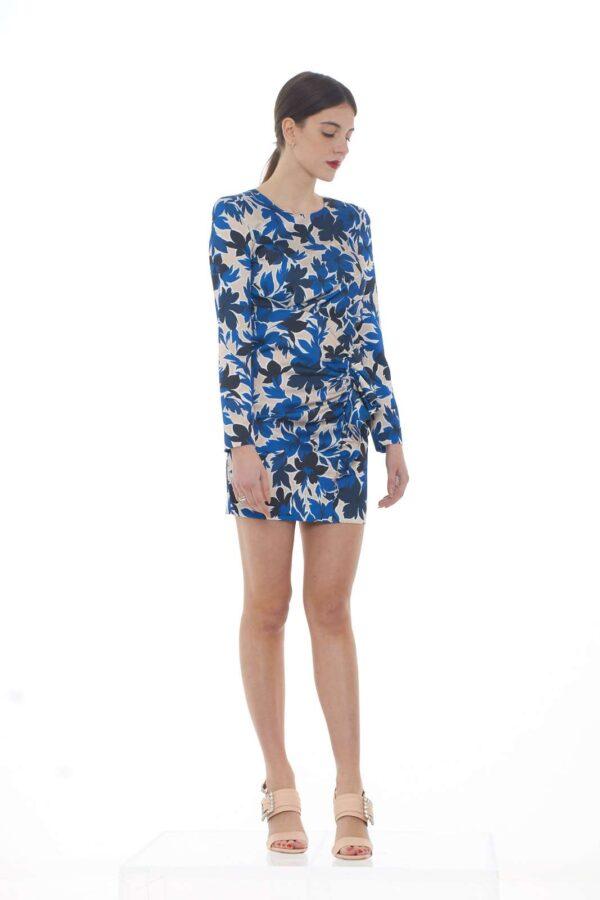 Un abito per vestire le occasioni più glamour e formali quello firmato dalla nuova collezione Moschino Boutique. La fantasia floreale e la rouches rendono questo capo un capolavoro di raffinatezza. Da abbinare con i look più importanti, è un essential della moda donna.
