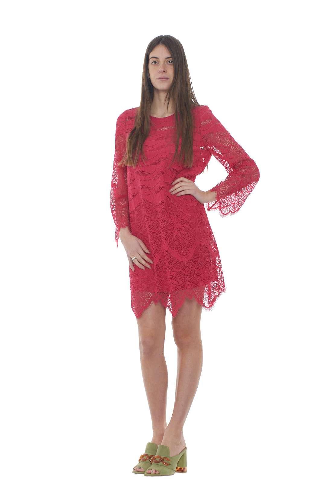 Perfetto per le occasioni più eleganti, l'abito donna firmato Twinset Milano conquista con il suo stile glamour. Un capo in pizzo rebrodè dal taglio morbido per unire il gusto alla classe. Da indossare con un tacco alto per rendere unico il proprio look.