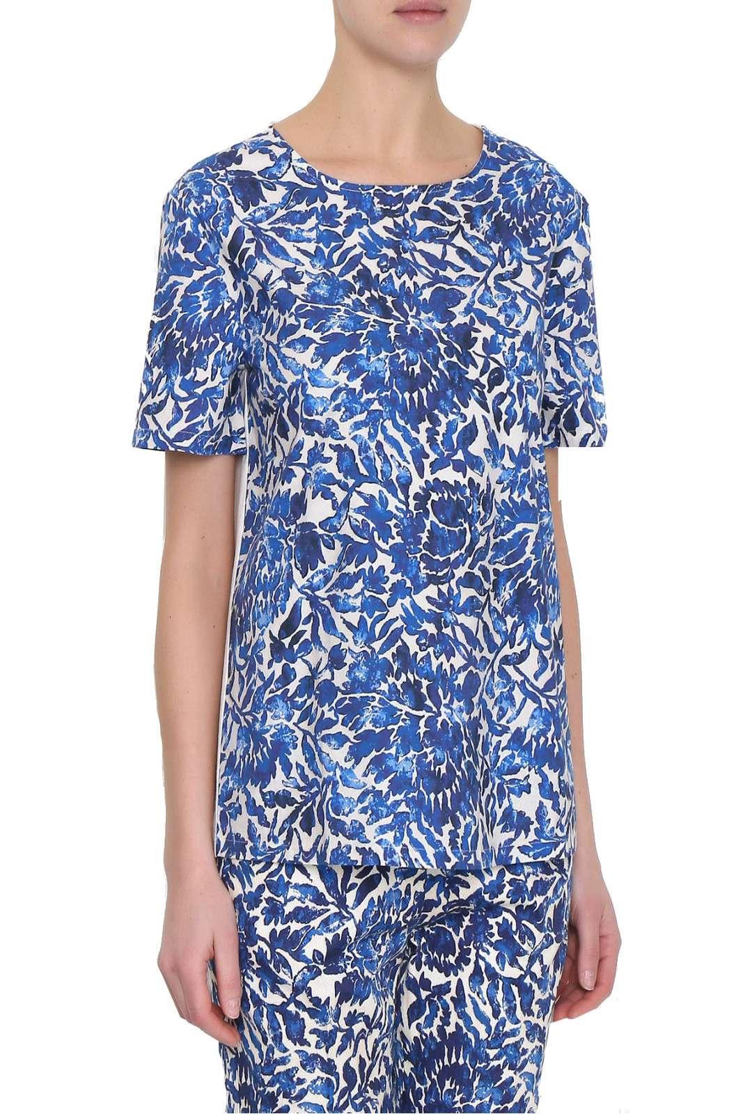 Una blusa con inserto in cotone dalla fantasia floreale la proposta CORFU della collezione donna Weekend MaxMara. Da abbinare a pantaloni o a jeans è un essential dal gusto estivo. Lo scollo tondo e la maniche corte accompagnano una vestibilità over, comoda e fashion.