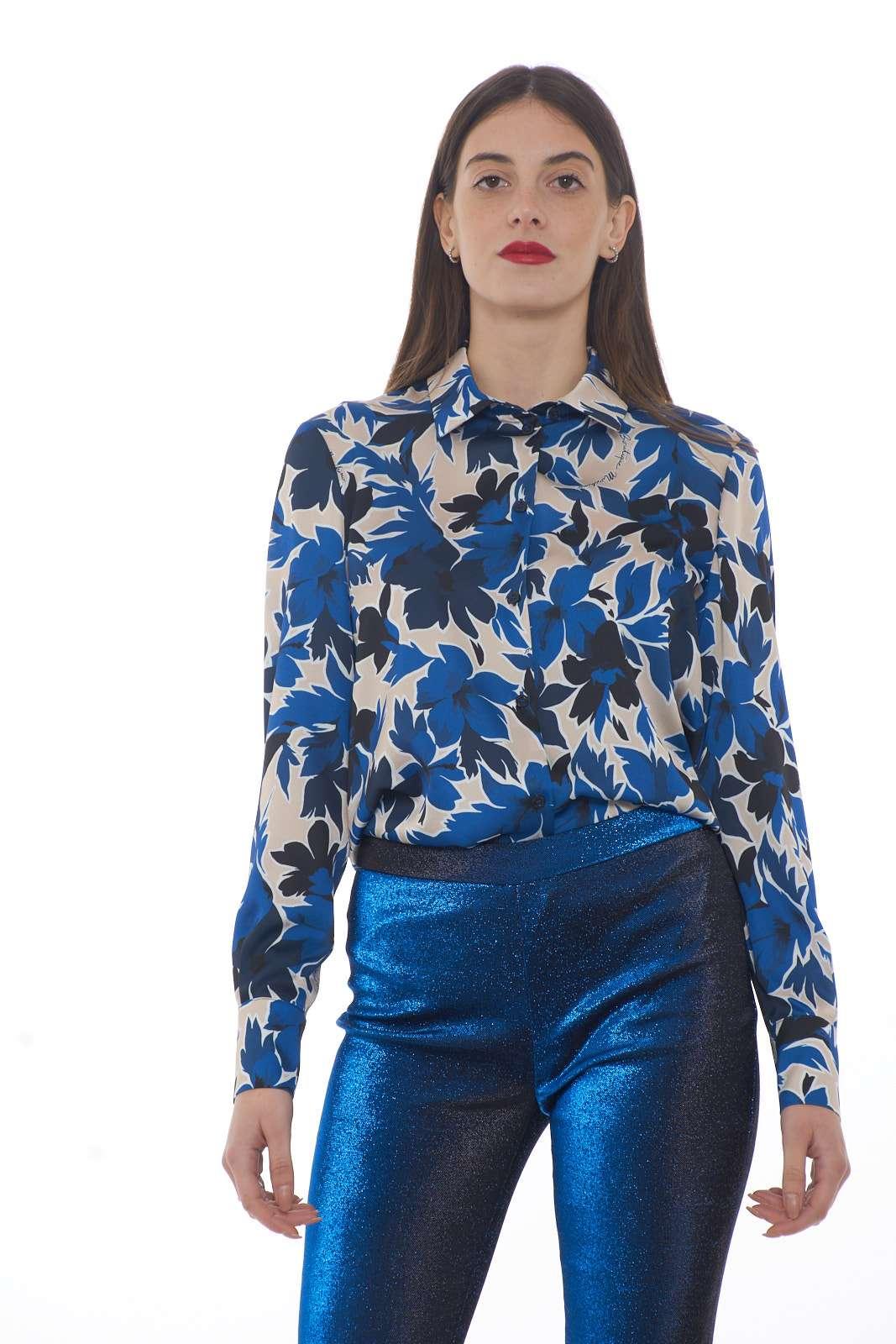 Una camicia dallo stile classico quella proposta dalla collezione donna Moschino Boutique. La vestibilità morbida è delineata da una delicata fantasia floreale con i loghi del brand. Da abbinare ad un tailleur o ad un paio di jeans, è un capo essential perfetto per vestire ogni look.