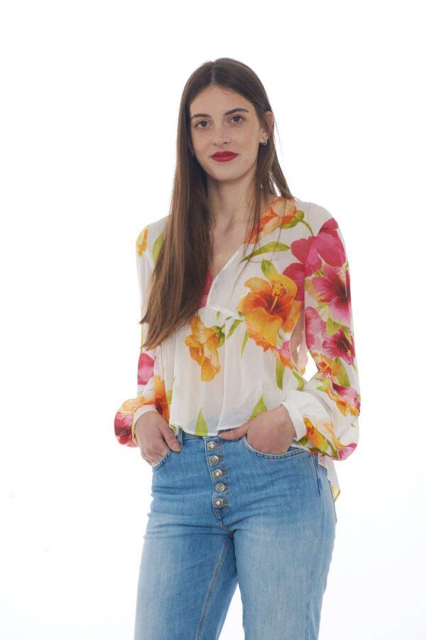 Un delicato tessuto ad effetto trasparenza con fantasia floreale per la collezione donna Twin set Milano. Lo scollo a v e la vestibilità comoda ne esaltano lo stile per renderla femminile ed elegante. Da indossare con pantaloni o jeans per giocare con gli outfit.