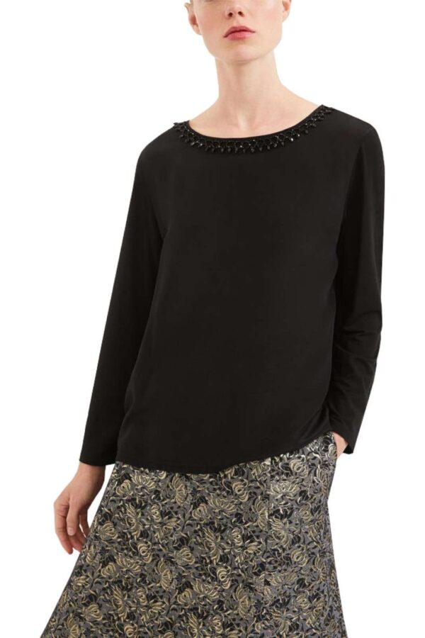 Una blusa con inserto in seta versatile ed evergreen la FAGGI proposta dalla collezione donna Weekend MaxMara. Un look minimal impreziosito dagli strass al collo tono su tono. Perfetta da abbinare sia con una gonna che con un pantalone, è un capo iconico.