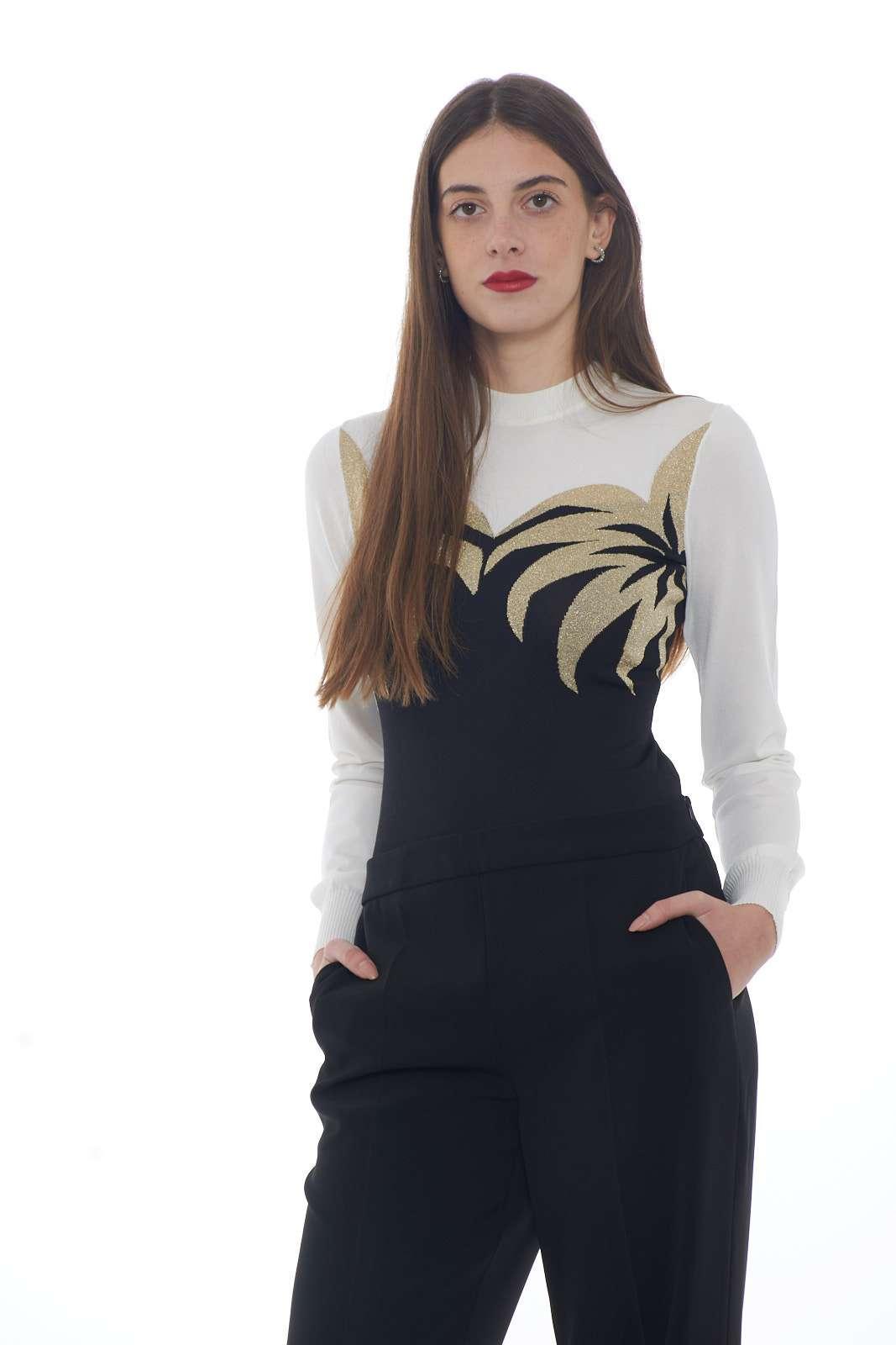 Unico per stile e classe, il body donna firmato Moschino Boutique conquista con il suo stile glamour chic. La manica lunga e lo scollo tondo fanno da cornice alla lavorazione floreale con filo lurex. Da abbinare a tutti gli stili è un connubio di classe e lusso.