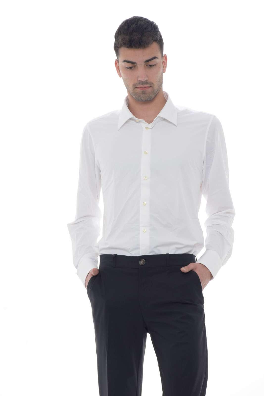 Una camicia dal gusto elegante e dall'esclusiva comodità quella proposta dalla collezione uomo RRD. Caratterizzata dal collo classico e dalla micro lavorazione rispetta ogni outfit. Da indossare sia in occasioni formali che non, conquista per la sua vestibilità slim. Il modello è alto 1.80m e indossa la taglia 48.