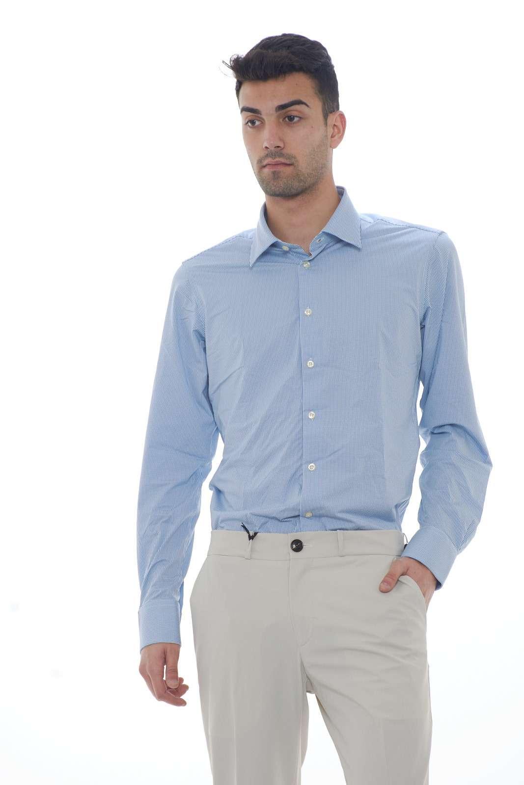 Una camicia dal gusto bon ton quella firmata dalla new collection uomo RRD. La micro fantasia si abbina con ogni look, per esaltare ogni occasione. Abbinata con una cravatta e una giacca o con una maglia conquista tutti gli stili. Il modello è alto 1.80m e indossa la taglia 48.