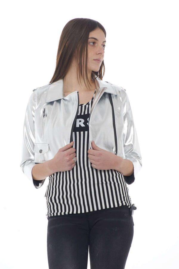 Stile luxury per il nuovo chiodo donna proposta dalla collezione donna Twinset Milano. Corto in vita, si presenta con una linea semplice impreziosita da una tasca con zip e una finta con pattina. Da indossare sia con un outfit sportivo che elegante è un vero e proprio essential.
