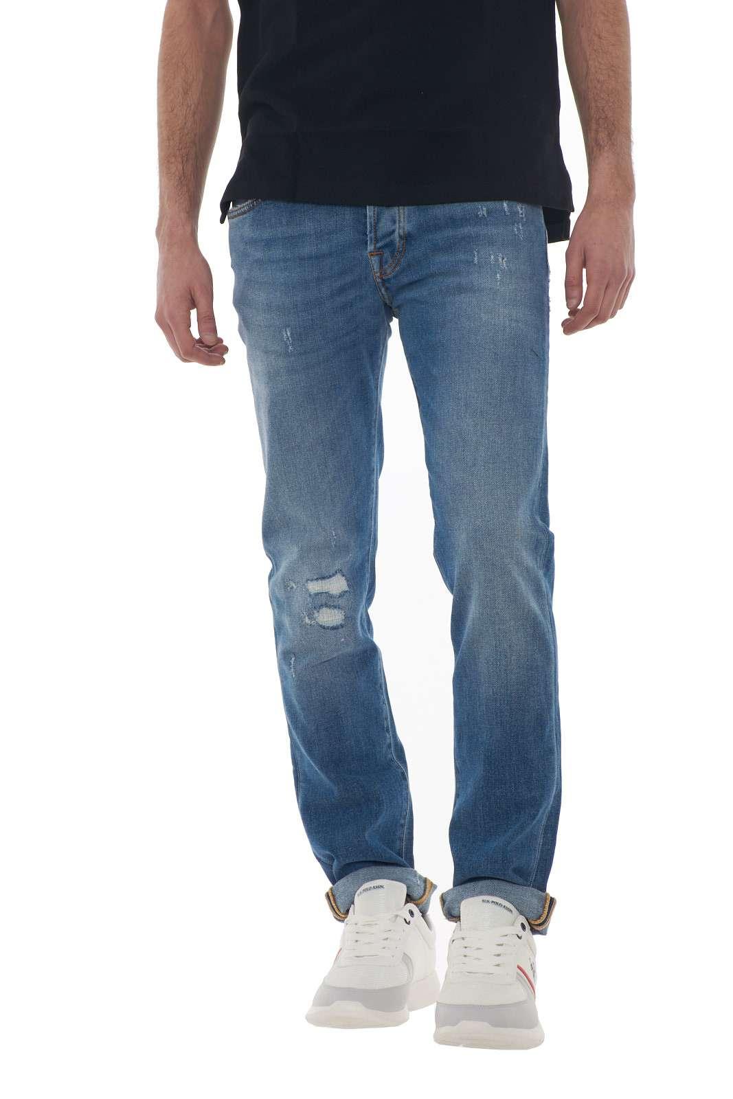 Un comodo jeans dal lavaggio medio e dalla vestibilità slim per il modello Acapulco firmato dalla nuova collezione primavera estate di Roy Roger s. Da indossare con polo o maglie, si adatta ad ogni look. Ideale per gli outfit metropolitani, conquista per le sue lievi usure e il suo stile. Il modello è alto 1.80m e indossa la taglia 31.