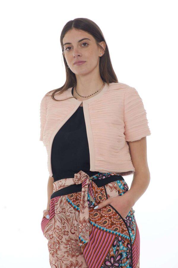 Una mini giacca dallo stile elegante quella proposta dalla collezione donna Liu Jo Milano. Da indossare con abiti o con jeans riesce ad esaltare ogni look Le mini rouches donano un toco di movimento a questo capo tinta unita.