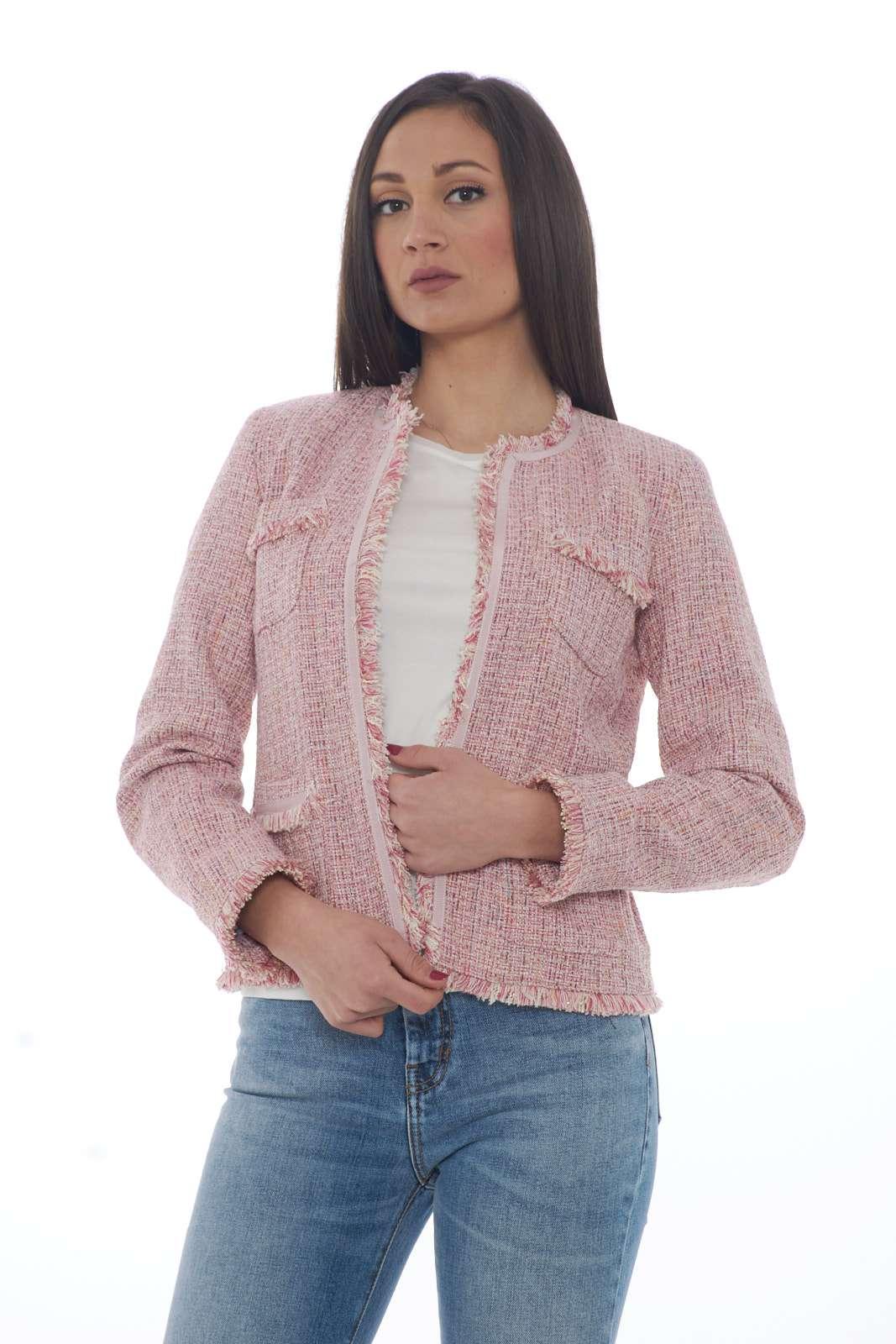 Una giacca in tessuto blouclè dal carattere evergreen la TUBO firmata Weekend Max Mara. Da indossare sia con un jeans che con un pantalone si conferma un essential. La linea slim è resa particolare, oltre che dal tessuto, dalle tasche sul davanti, il tutto impreziosito da dettagli sfrangiati.