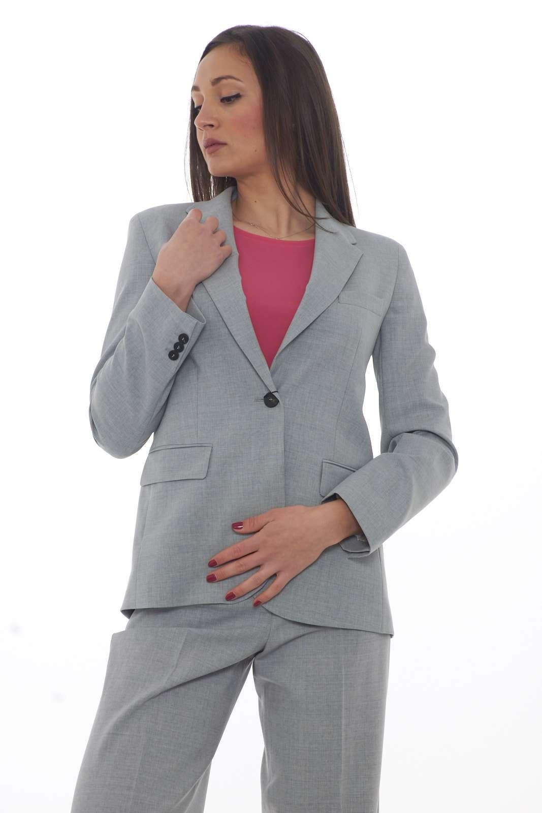 Una giacca per gli outfit più formali la SEQUOIA firmata dalla nuova collezione primavera estate di Weekend Max Mara. Da indossare con un pantalone elegante o con un jeans fashion si adatta ad ogni look. Un essential per la donna più esigente.