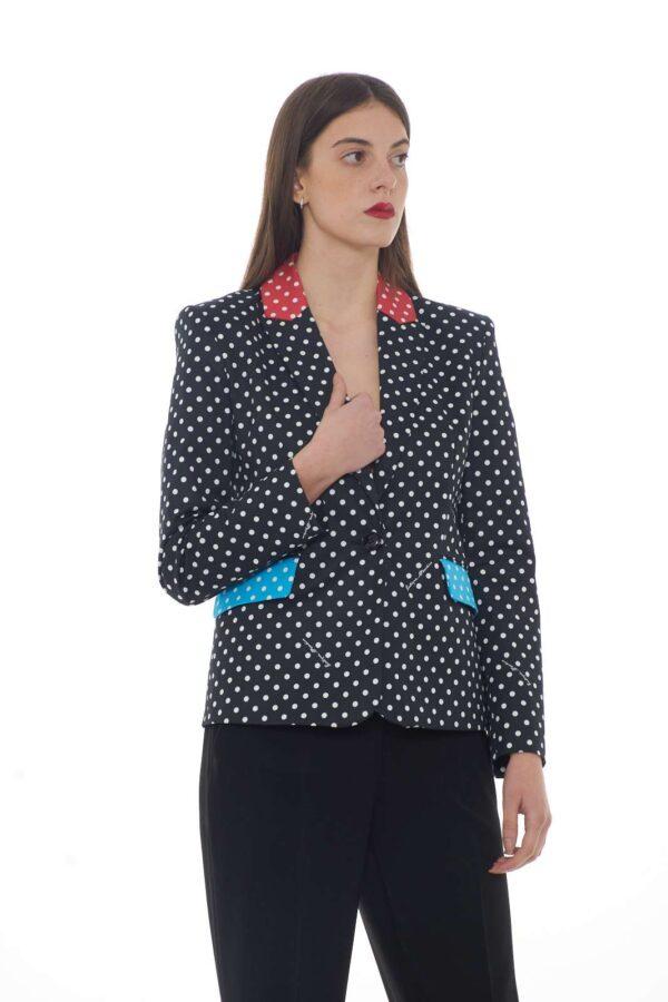 Una giacca dai toni glamour e raffinati quella proposta dalla collezione donna Moschino Boutique. Una delicata fantasia pois si impreziosisce con inserti colorati per un look glamour ed elegante. Da abbinare ad un pantalone per un effetto chic.