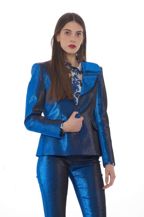 Il massimo dell'eleganza e del glamour per la nuova giacca donna firmata dalla collezione Moschino Boutique. La rouches a sostituire il rever ne caratterizza la ricercatezza, mentre il tessuto ad effetto lurex la rende estremamente fashion. Da indossare per le occasioni più importanti, è un capo unico.
