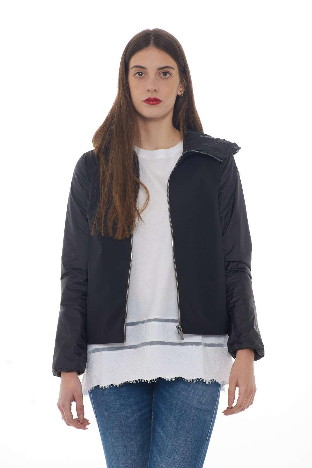Un giubbino dal carattere fashion e pratico il nuovo Summer Zar Hybrid Lady firmato dalla collezione donna RRD. Il classico tessuto tecnico si impone sul davanti per donare un tocco glamour e caratteristico. Da indossare per ogni look è un vero e proprio essential.