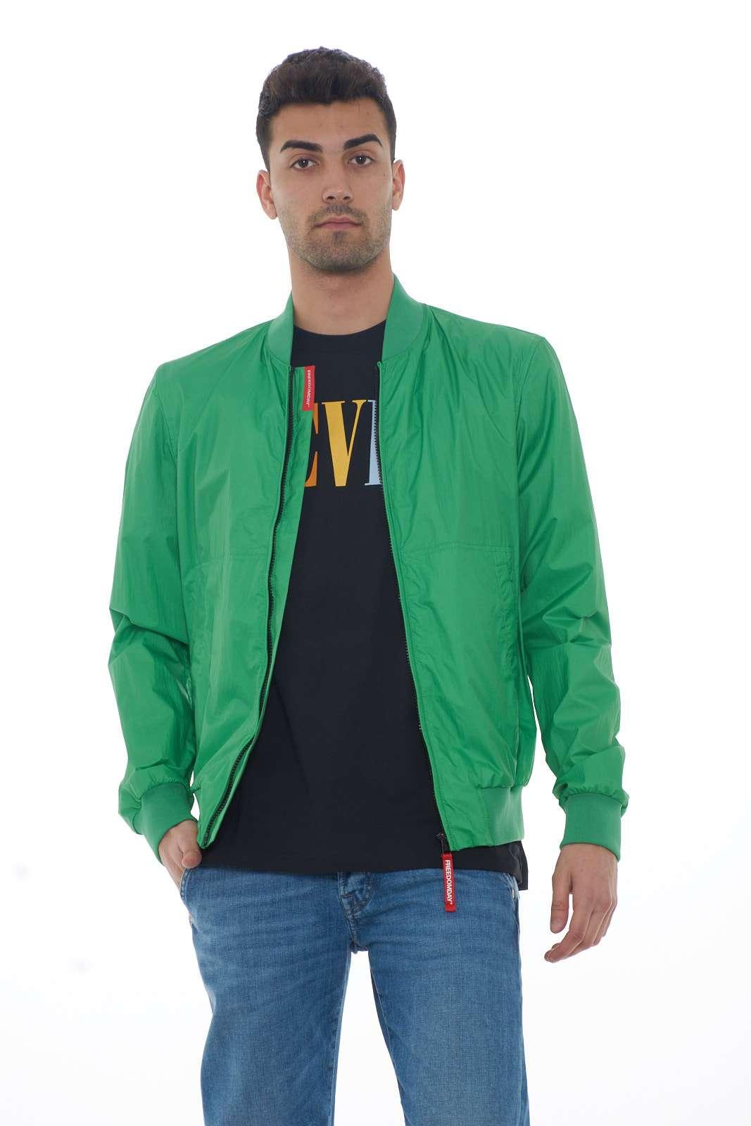 Una giacca leggera, moderna, e chic, firmata FreedomDay. Il modello MARTIN, si presenta con collo alla coreana, e zip anteriore, per un look casual e trendy, perfetto da indossare per la mezza stagione, nelle occasioni più informali. Il modello è alto 1.80m e indossa la taglia M.